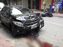 Ôtô tông liên hoàn trên phố, 2 mẹ con đi xe máy gặp nạn