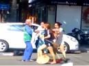 Chị lao công bị đánh vì nhắc nhở cô chủ shop áo quần vứt rác bừa bãi
