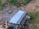 Xe tải chở gỗ lao xuống suối, 2 thanh niên trên xe tử vong