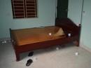 Người đàn ông chết bất thường trên giường với dây cao su trên cổ