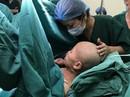 Bác sĩ dốc sức cứu chữa người mẹ ung thư vú để mẹ được ôm con vào lòng