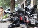 Xế hộp bất ngờ lao vọt lên vỉa hè tông hàng loạt xe máy