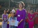 Khen thưởng học sinh trả lại vàng nhặt được trước cổng trường
