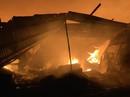 Cháy dữ dội kho phế liệu sát khu trọ công nhân ở Bình Dương