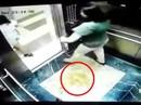 2 phụ nữ dùng mũ bảo hiểm che camera để tiểu bậy trong thang máy