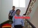 """CLIP: Ông Nguyễn Hữu Linh rời tòa trong """"vòng vây"""" ống kính phóng viên"""