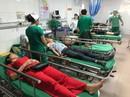 Xe chở đoàn khách du lịch tông xe container, 1 người chết, 14 người nhập viện