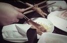Cách bóc tôm bằng đũa đơn giản vừa sạch vừa nhanh