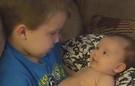 Anh trai 4 tuổi nghêu ngao hát cho em sơ sinh nghe