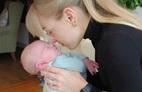 Đỡ đẻ cho bạn thân, vợ bật khóc khi đứa trẻ sinh ra giống hệt chồng mình