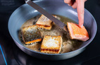 Chiên thức ăn không bắn dầu và loạt mẹo nhà bếp hữu ích