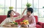 Vợ chồng nửa đời lệch pha: 'Ủa, không có mắm nêm à?'