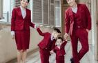 """Gia đình """"Hoàng tử xiếc"""" Quốc Cơ diện suit đỏ mừng kỷ niệm đặc biệt"""
