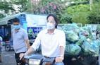 Diễn viên Đoàn Minh Tài, ca sĩ Sunny Đan Ngọc trao quà cho bà con nghèo bị cách ly