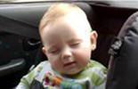 """Loạt khoảnh khắc ngủ gật """"khó đỡ"""" của bé hút triệu view"""