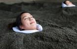Trải nghiệm tắm cát nóng như chôn sống người ở Nhật Bản