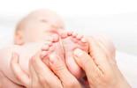 Cách massage chân giúp trẻ bớt quấy khóc