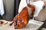 Đầu bếp cắt vịt quay Bắc Kinh đẹp mắt tại bàn thế nào?