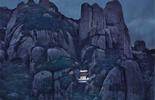 Ngỡ ngàng ngôi đền nặng 100 tấn nằm cheo leo giữa 2 đỉnh núi