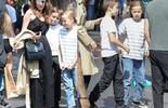 Angelina Jolie dẫn cặp song sinh đi chơi