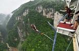 Nhảy bungee ở cầu kính Trương Gia Giới