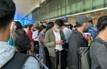 Dòng người 'nghẹt thở' vượt qua cửa an ninh sân bay Tân Sơn Nhất