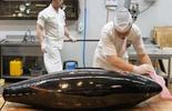 Đầu bếp xẻ thịt cá ngừ vây xanh nặng 200 kg
