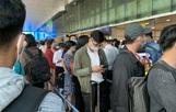 """Dòng người """"nghẹt thở"""" vượt qua cửa an ninh sân bay Tân Sơn Nhất"""