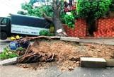 TP HCM: Cây đổ, trụ điện gãy, nhà tốc mái trong cơn giông