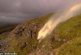 Bão mạnh thổi thác nước... chảy ngược