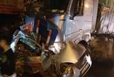 Xe tải hạng nặng tông taxi bẹp dúm, dùng máy cắt đưa tài xế ra ngoài