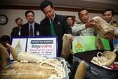 Người Việt buôn lậu ngà voi, giấu cá trong túi quần
