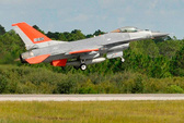 F-16 cất cánh mà không có phi công