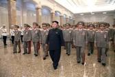 Kim Jong-un khập khiễng trong lễ tưởng niệm ông nội