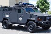 Xe bọc thép và hàng chục cảnh sát vũ trang