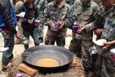 Nấu mì bằng nước bẩn, lính Trung Quốc bị phản ứng