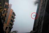 Vụ nổ thổi tung lính cứu hỏa khỏi tầng 13