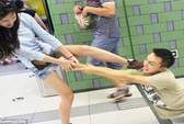Bị bạn gái kéo lê vì cuồng iPhone