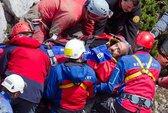 """Sống sót sau 2 tuần mắc kẹt dưới """"động Everest"""""""