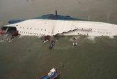 Vụ chìm tàu Hàn Quốc: 3 quan chức bị bắt ngồi ngoài bờ biển