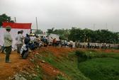 Hàng trăm người dân ngừng bao vây trại heo gây ô nhiễm