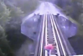 Bị tàu hỏa đuổi sát nút vẫn thoát chết