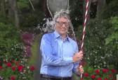 Tỉ phú Bill Gates dội xô nước đá lên đầu