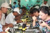 Phu nhân Chủ tịch nước xếp hàng ăn cơm 2.000 đồng với người nghèo