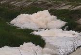 """""""Bọt tuyết thối"""" vẫn nổi trắng trên kênh Ba Bò"""