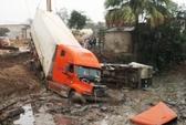 Xe container tông xe 16 chỗ xuống hố, hơn 10 người thương vong
