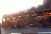 Xe giường nằm cháy như đuốc trên đường cao tốc Pháp Vân