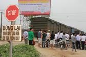 Tàu hỏa tông taxi Mai Linh văng xa 20 m