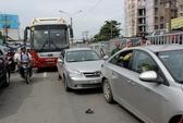 Phóng nhanh, xe khách gây tai nạn liên hoàn
