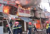 Cháy lớn thiêu rụi hơn chục nhà mặt tiền tại TP Buôn Ma Thuột
